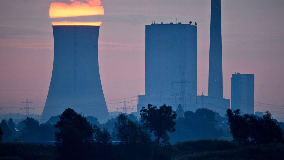 Sonnenaufgang hinter dem Steinkohlekraftwerk Mehrum in Niedersachsen