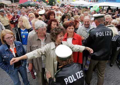 Polizeikontrolle für die Besucher: Vereinzelt Pfiffe und ein Ei