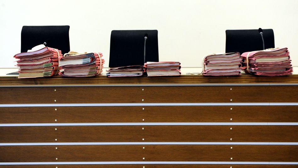 Aktenstapel im Landgericht Koblenz: Viel Arbeit, wenig Staatsanwälte