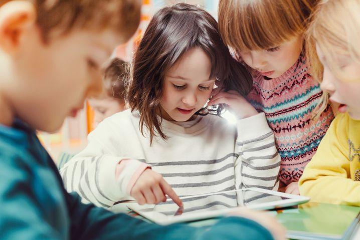 Digitale Geräte sind für Kinder faszinierend - auch wenn Erwachsene die Kita oft als Schutzraum ohne Tablets und Smartphone verstehen