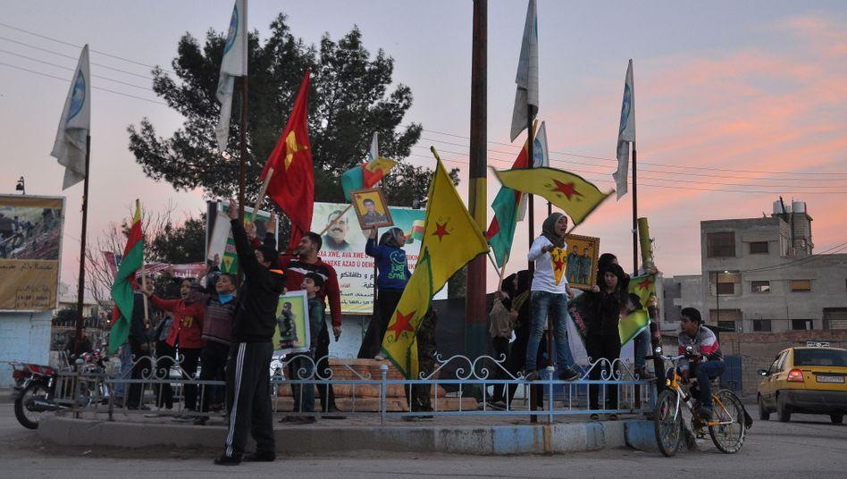 Jubel kurdischer Unterstützer in der nordsyrischen Stadt Qamischli: Landbrücke zwischen den vom IS kontrollierten Gebieten in Syrien und Irak