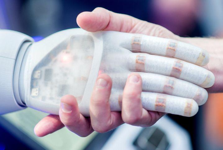 Mensch und Maschine: Wer gratuliert künftig eigentlich wem zum neuen Job?
