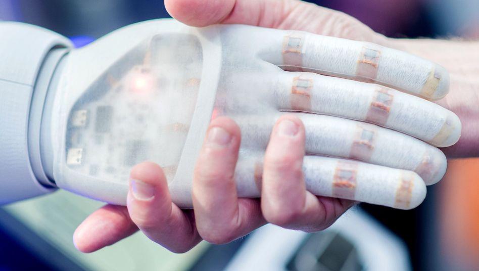 Handschlag mit Roboter: Mensch braucht Maschine nicht zu fürchten