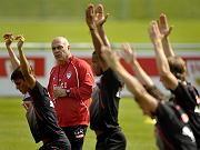 Spieler des VFB Stuttgart trainieren den Jubel. Natürlich umsonst.