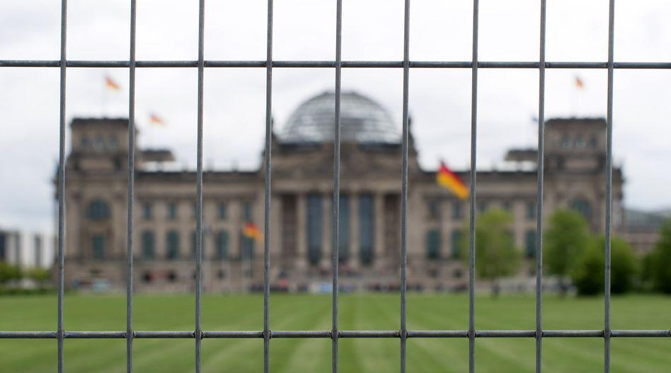 Reichstagsgebäude (hinter Bauzaun): Geheimdienst-Angreifer vermutet