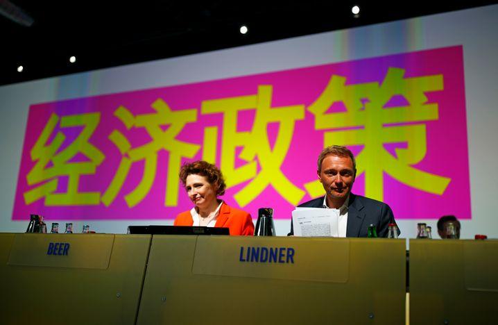 """Auf dem Parteitag in Berlin: Beer und Lindner vor einem chinesischen Logo (""""Wirtschaftspolitik"""" auf Deutsch)"""