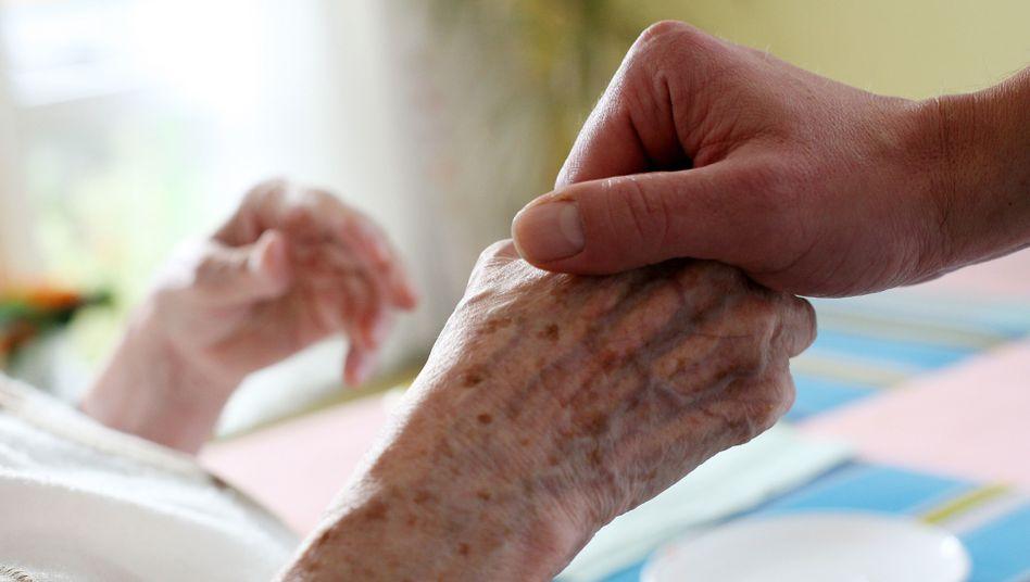 Pfleger nimmt sich Zeit: Wie viel Pflegebedarf ein Mensch hat, wird momentan in Minuten erfasst