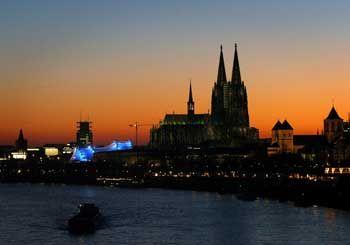 Wenn die Sonne am Rhein am Untergehen ist, ist es in Köln Abend am Werden