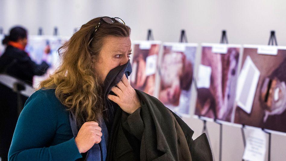 """Eine Besucherin betrachtet die """"Caesar""""-Aufnahmen im New Yorker Uno-Hauptsitz während einer Ausstellung 2015"""