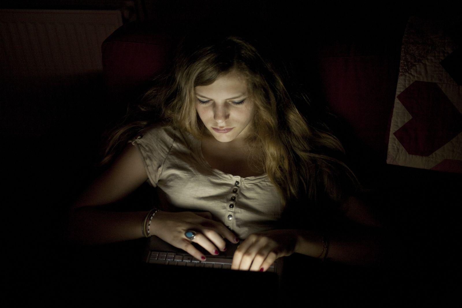NICHT MEHR VERWENDEN! - Symbolbild Jugendliche / Internet / Computer / Laptop / Notebook