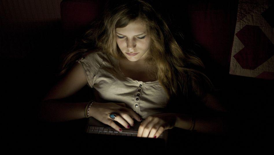 Jugendliche mit Laptop: Computer in jedem Jugendzimmer