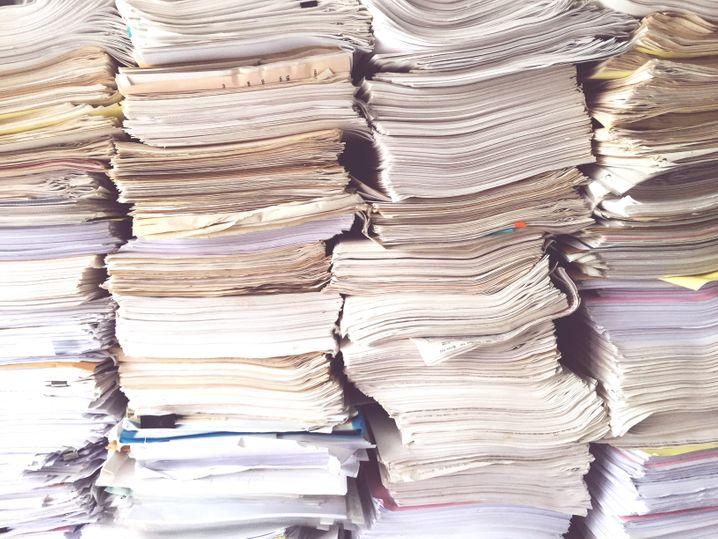 Stapelweise Papier und Daten: Kann künstliche Intelligenz helfen?