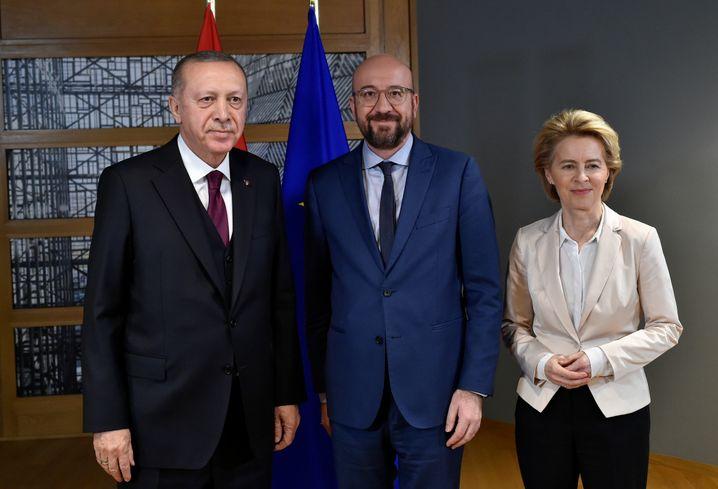 """Erdogan, Michel, von der Leyen (v.l.): """"Inmitten eines tiefen Dilemmas"""""""