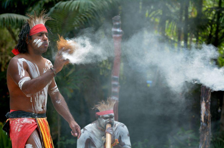 Aborigines verhindern Großbrände mit traditionellen Techniken – je nach Boden, Bepflanzung und Jahreszeit