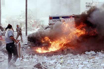 Brennende Trümmer des Bauwerkes liegen in den zerstörten Straßen