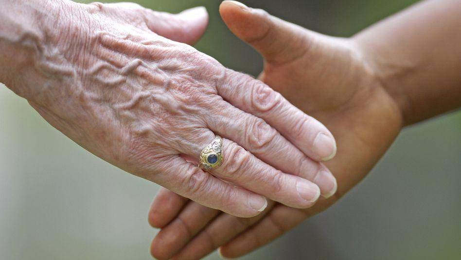 Alt und Jung geben sich die Hand
