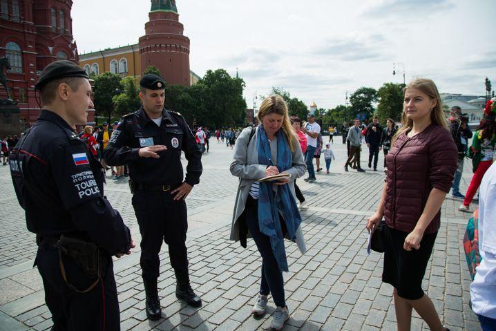 SPIEGEL-Korrespondentin Christina Hebel mit den Touristenpolizisten Roman Stepanow und Feliks Tokarenko; immer mit dabei: Swetlana vom Innenministerium (r.)