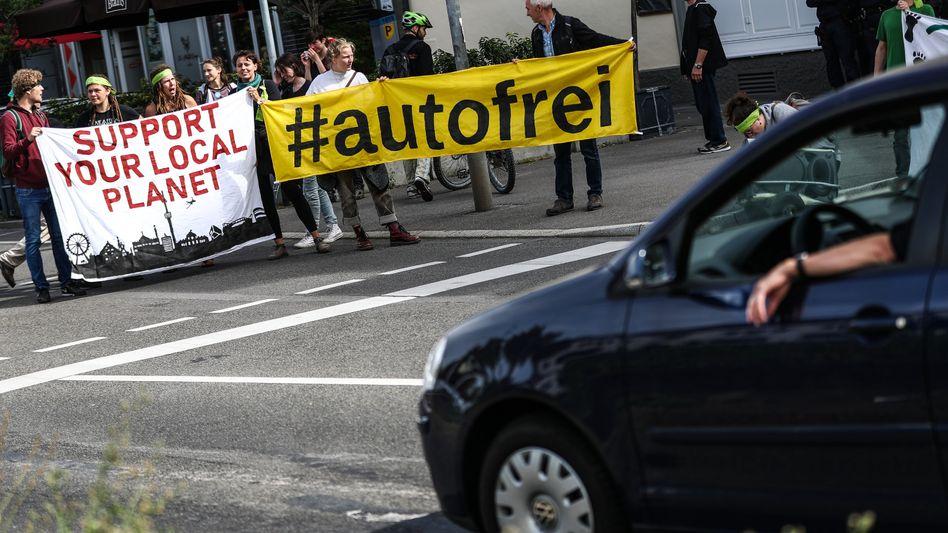 Demonstranten an der B14: Erster autofreier Sonntag in Stuttgart