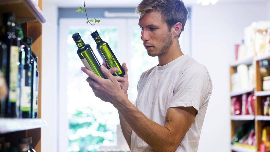 Kunde beim Olivenöl-Vergleich: Für den Verzehr sind die getesteten Öle nicht bedenklich