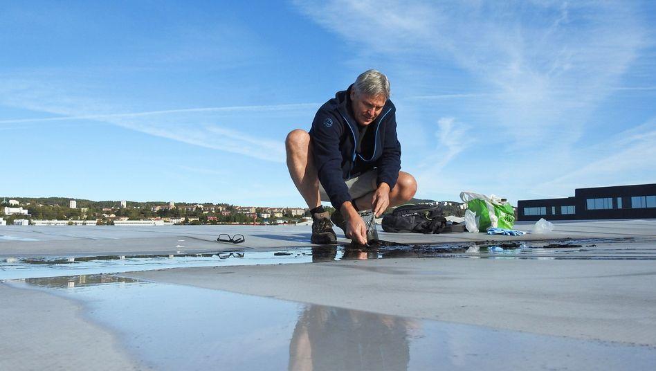 Jon Larsen sammelt in Oslo Mikrometeoriten