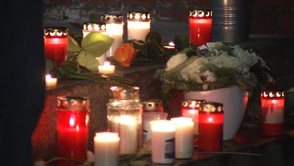 Kerzen leuchten während einer Mahnwache vor Grundschule im Bezirk Reinickendorf