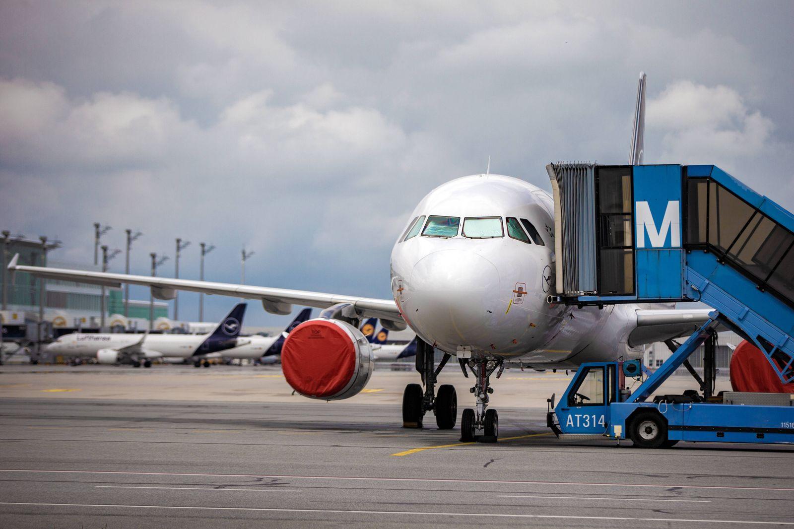 Maschinen Flugzeuge der Lufthansa Kranich stehen am Flughafen in München am Boden. Bei der Airline sind nach der Corona
