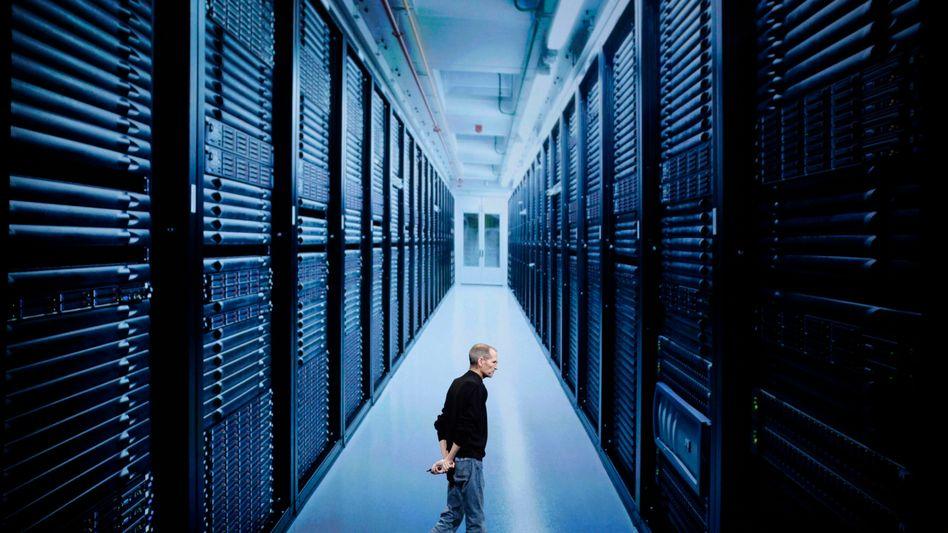 Steve Jobs vor einem Foto des Apple-Rechenzentrums: Wo wabert die iCloud?