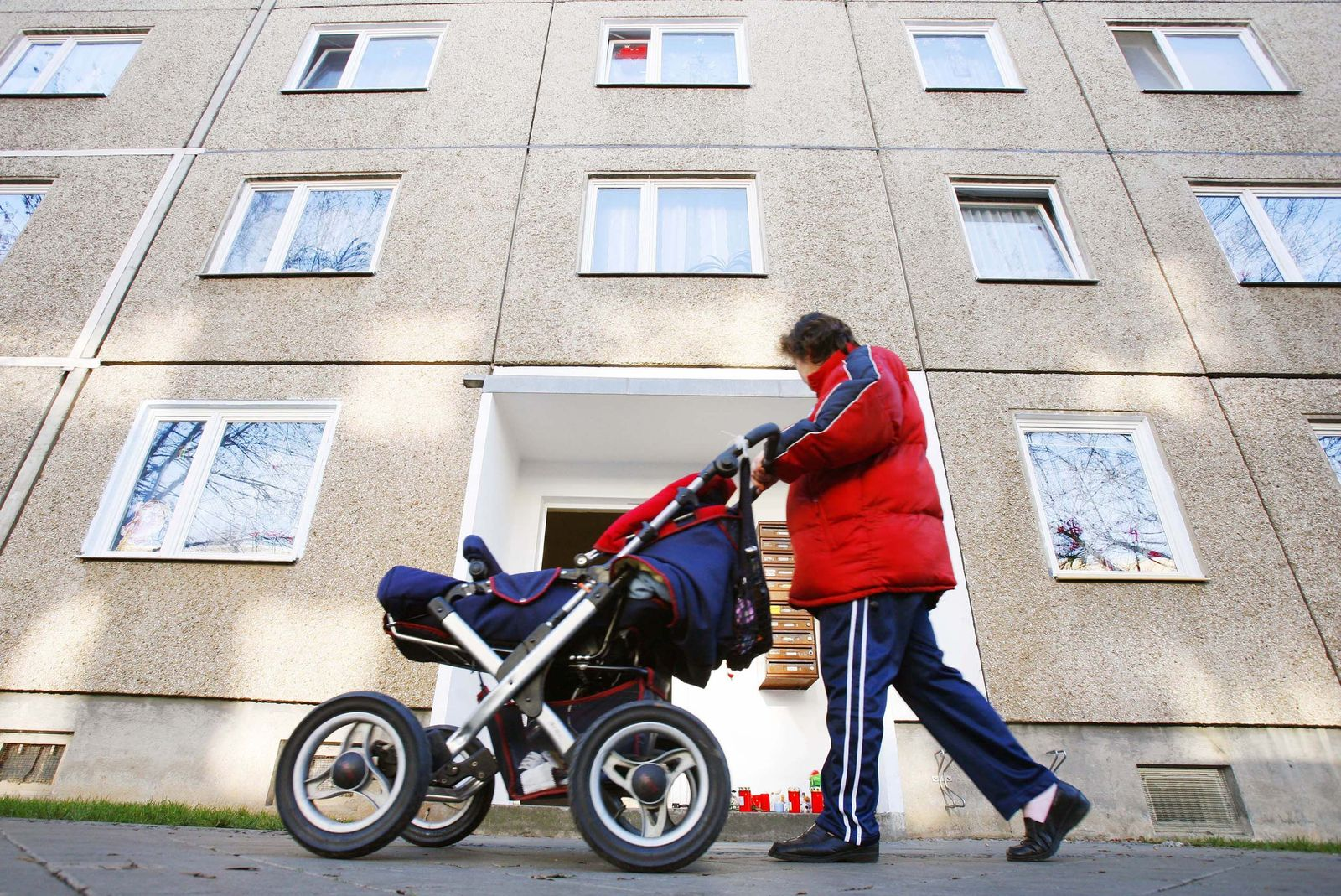 NICHT VERWENDEN Betreuungsgeld frau vor betonblock