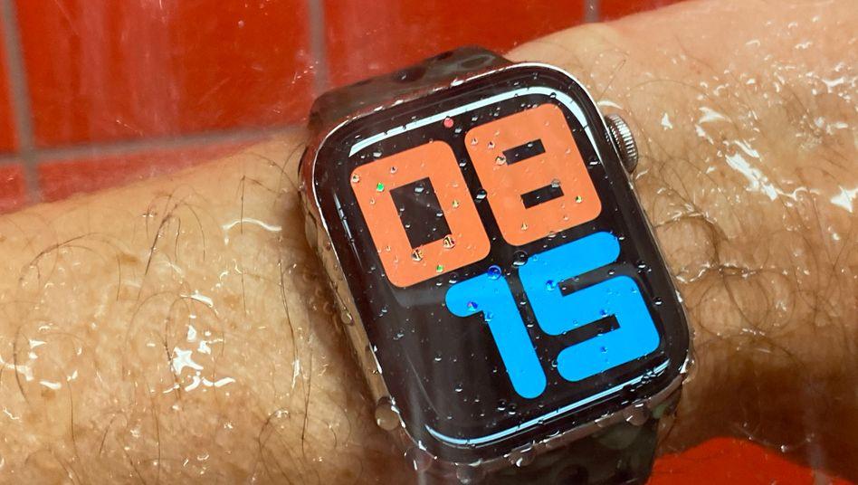 In ihrer aktuellen Inkarnation ist die Apple Watch endlich auch Uhr, mit einem Display, das die Zeit dauerhaft anzeigt