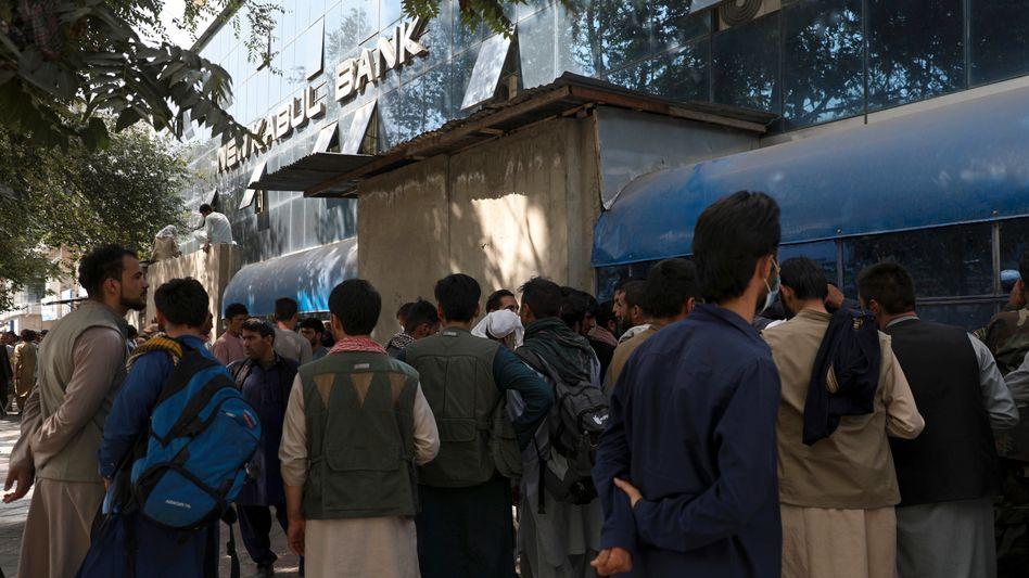Großer Andrang auf Banken am Sonntag in Kabul