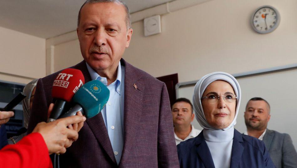 Tayyip und Emine Erdogan nach Abgabe ihres Stimmzettels