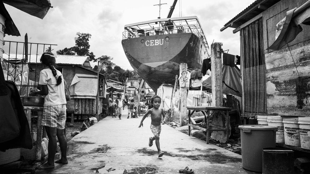 Ein Jahr nach dem Taifun: Trümmer, Kreuze, Schiffswrack