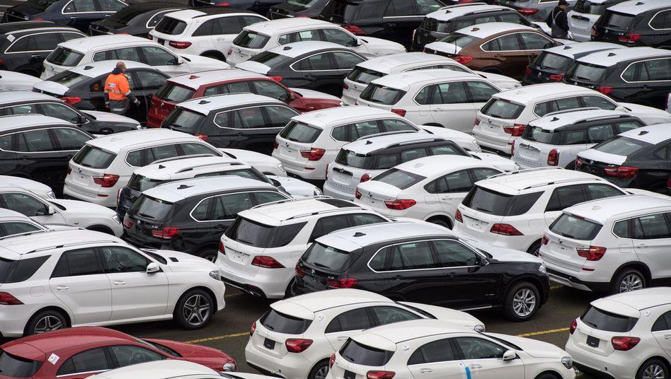 Neuwagen von Mercedes-Benz und BMW auf dem Autoterminal in Bremerhaven (Archivbild)