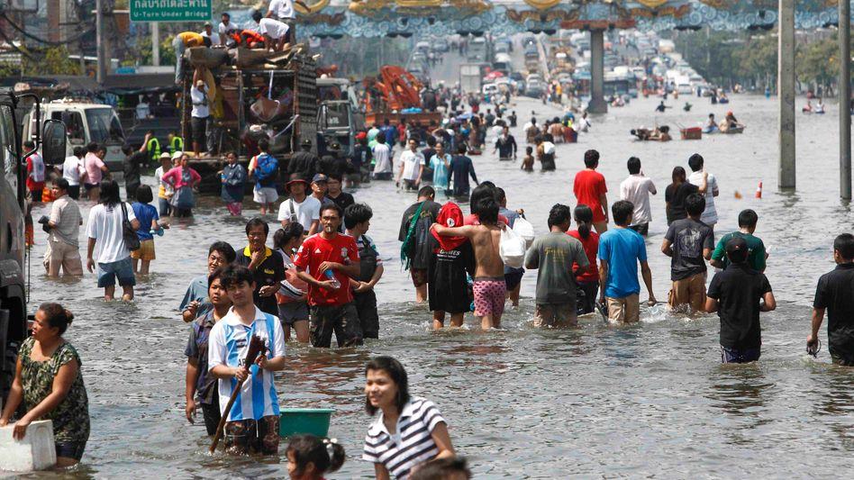 Flutin Thailand: Hochwasser fließt durchBangkoks Straßen