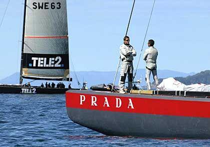 """Zeit zum Gespräch: Wegen der schwachen Winde wurden am fünften Wettkampftag nur zwei Rennen ausgetragen. Die italienische """"Prada Challenge"""" und die """"Victory Challenge"""" aus Schweden durften im Hafen bleiben"""