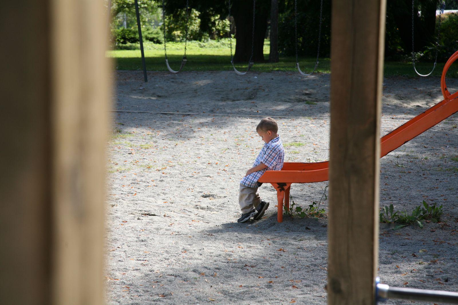 EINMALIGE VERWENDUNG Kindergarten/ Spielplatz/ Junge/ einsam