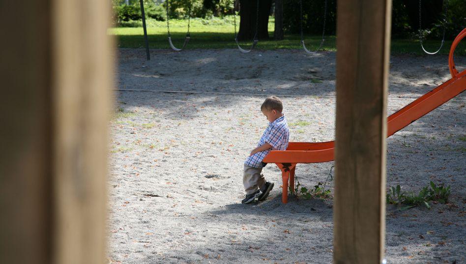 Junge allein auf der Rutsche (Symbolbild)
