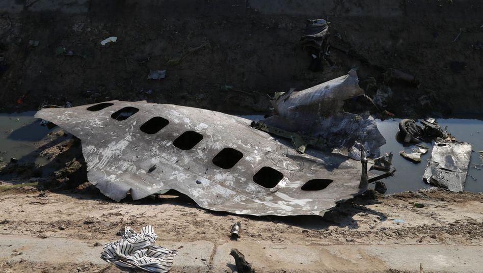 Trümmerteile am Absturzort in Iran: Die Spekulationen über einen Raketentreffer werden immer lauter