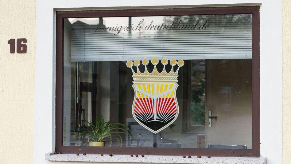 """Pförtnerfenster am ehemaligen """"Königreich Deutschland"""" in Wittenberg"""