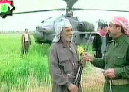 "Iraker vor erbeutetem ""Apache""-Helikopter: Demütigung für US-Armee"