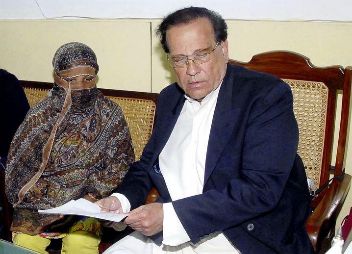 Asia Bibi mit Salman Taseer, dem Gouverneur von Punjab am 8. November 2010