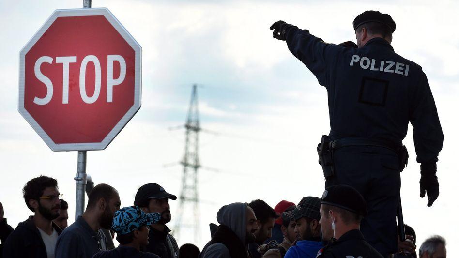 Österreichischer Polizist an ungarischer Grenze (Archivfoto): Stärkere Zusammenarbeit mit Slowenien und Kroatien