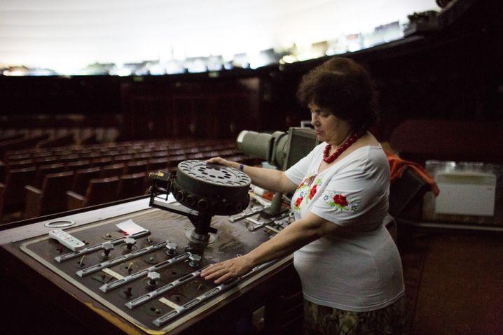 Olga im Saal des Planetariums, hier wird fast noch alles per Hand bedient - durch Knopfdruck leuchten die Planeten auf