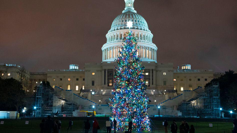 Der Weihnachtsbaum am US-Kapitol, kurz nachdem sich Demokraten und Republikaner im US-Kongress nach monatelangem Streit auf ein weiteres Konjunkturpaket verständigt haben