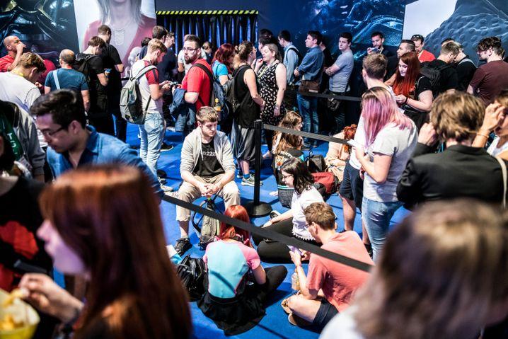 Wer spielen will, muss Geduld mitbringen - und braucht Sitzfleisch: Besucher am 20. August auf der Gamescom in Köln