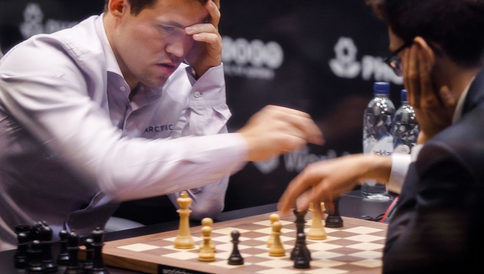 Magnus Carlsen, Herausforderer Fabio Caruana (r.)