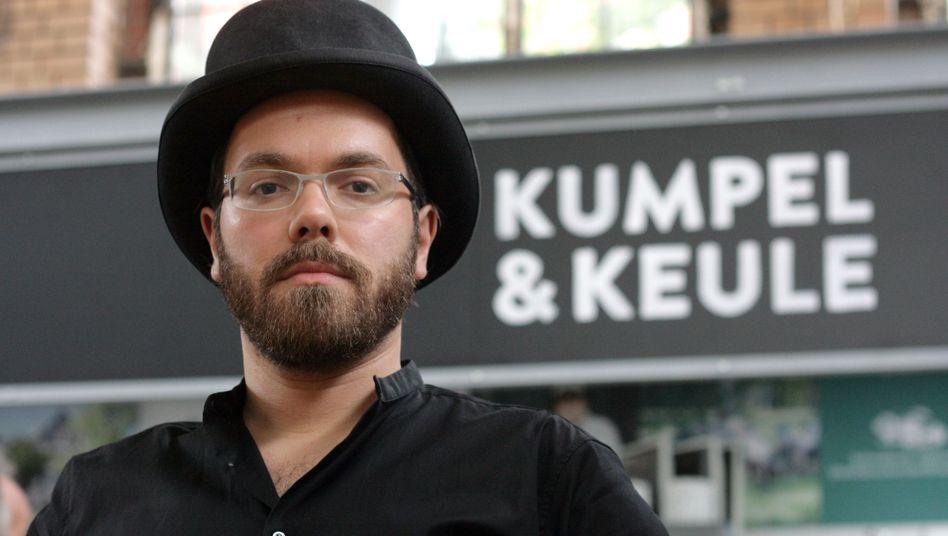 Hendrik Haase vor der Metzgerei Kumpel & Keule
