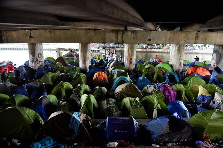 In den vergangenen Jahren entstanden immer wieder neue Camps in und um Paris. Hier räumen Arbeiter im Mai 2018 ein kurz zuvor evakuiertes Lager am Canal de Saint-Denis