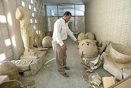 Irak-Museum in Bagdad: Ein Wächter steht vor den Resten der Kunstsammlung