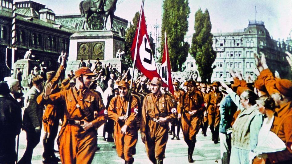 SA-Sturmführer Horst Wessel (l.) auf dem NSDAP-Parteitag in Nürnberg 1929 Zeitgenössisch kolorierte Fotografie